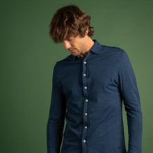 👔 Votre chemise préférée arrive cette saison dans une version denim indigo chiné (toujours en 100% coton) ! Confortable comme un t-shirt, la chemise Paul Denim saura s'adapter à vos sorties hivernales.  ➡️ Disponible en sur notre eshop !  📸 @dorrie.mcveigh.photo  #menswear #mensfashion #lesgarconsfaciles #fallwinter2020 #londoncalling #londonvibes #shirt #chemisehomme #mensshirt