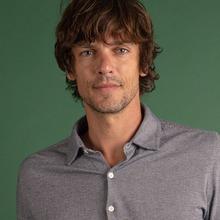 Pour cet hiver, les chemises en jacquard sont de retour ! Chaud, doux et agréable à porter, c'est la matière phare des journées les plus fraîches ❄️👔   🧵 Cette technique de tricotage nous a permis d'obtenir de très beaux et subtils motifs, comme les chevrons sur la chemise Mats Cabourg.  ▶️ Retrouvez-la avec l'ensemble de la collection #FW2020 sur notre site internet !  📸 @dorrie.mcveigh.photo  #menswear #mensfashion #sweat #lesgarconsfaciles #fallwinter2020 #londoncalling #londonvibes #shirt #chevron #chemisehomme