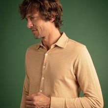 👔 Pour ceux préférant les couleurs claires, la chemise Mats Cabourg est également disponible dans un version camel !  ➡️ Shoppez vite cette petite pépite en Jacquard 100% coton sur notre eshop !  📸 @dorrie.mcveigh.photo  #menswear #mensfashion #lesgarconsfaciles #fallwinter2020 #londoncalling #londonvibes #shirt #chemisehomme #mensshirt