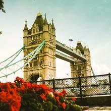 En attendant de pouvoir retourner en week-end à Londres, la bande @les_garcons_faciles vous fait voyager à sa manière, à travers sa nouvelle collection #FW2020 🇬🇧   #london #londoncalling #menswear #mensfashion #lesgarconsfaciles #towerbridge #bridge #londonpic #flower 