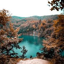 De belles couleurs automnales pour réchauffer ce début de semaine 🍁  📸 @joe_kellyy  #lake #autumn #croatia #landscape #blue #autumncolors #menswear #mensfashion